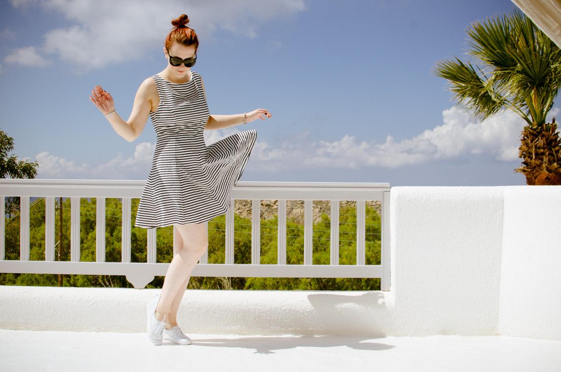 Anna Frost in einem Zara-Kleid auf Mykonos im Hotel San Giorgio