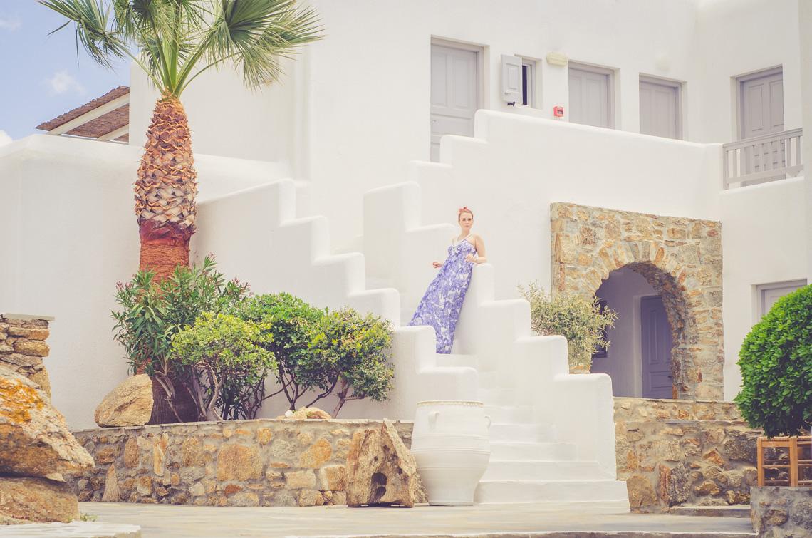 aAnna Frost in Hallhuber auf Mykonos im Hotel San Giorgio