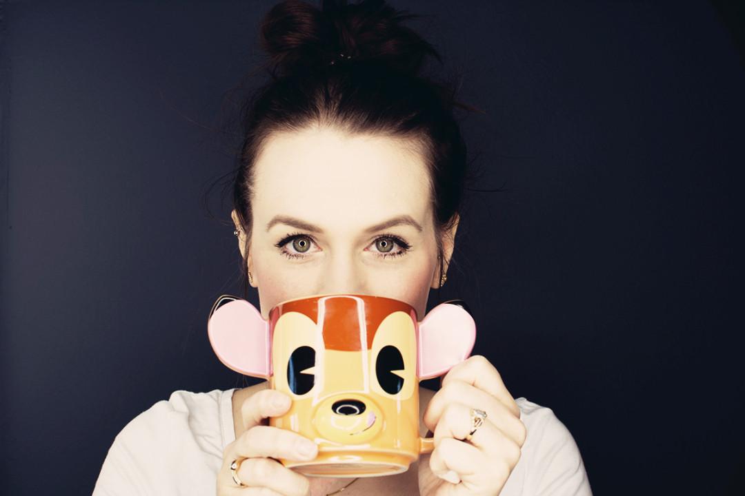 Anna Frost mit einer Disneytasse Bambi