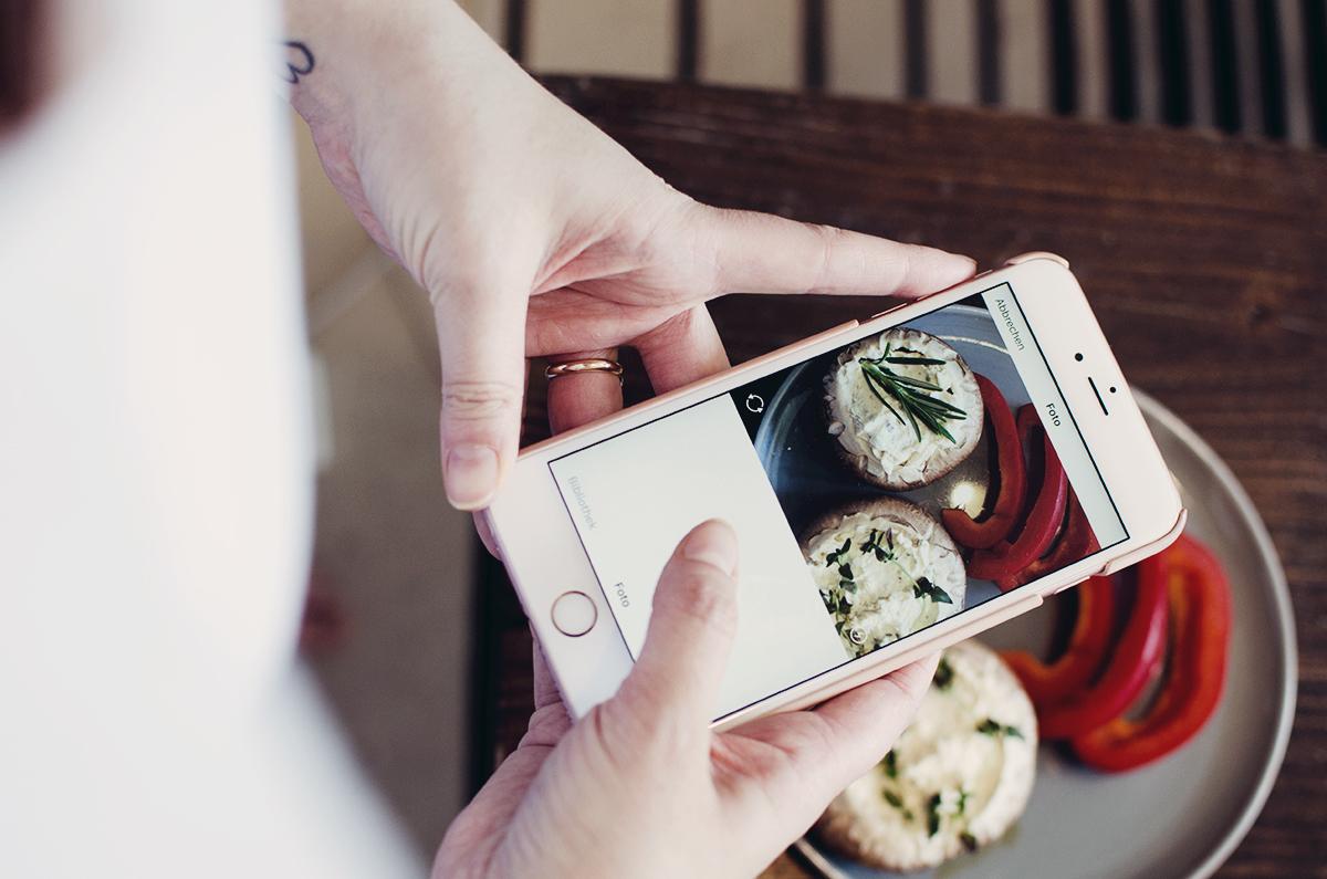 Anna macht ein Instagram von gefüllten Pilzen mit Paprika