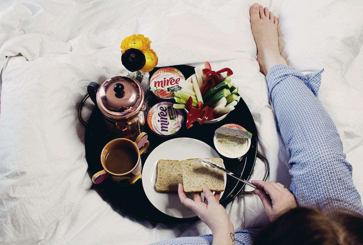 anna frost miree im bett frühstücken