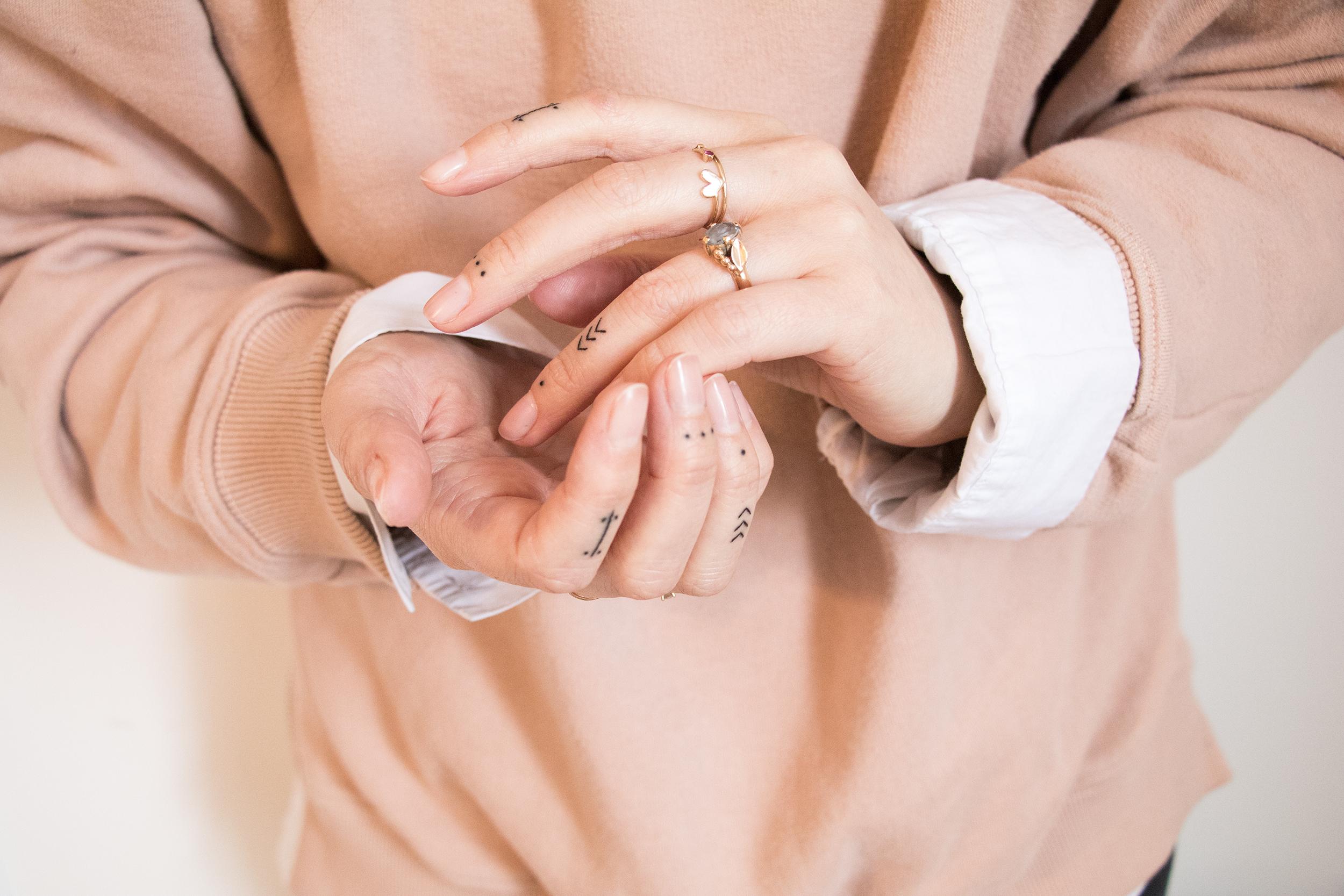 anna frost handpoked finger tattos 4
